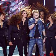 NLD/Amsterdam/20121130 - 4e liveshow The Voice of Holland 2012, Johannes Rypma met danseressen