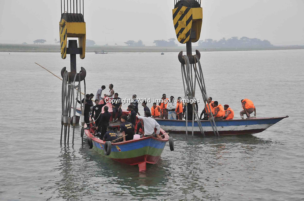 61530165<br /> Rescuers work in the Meghna river after the ferry accident in Munshiganj district, Dhaka, Bangladesh, May 16, 2014. Bangladesh rescuers have dragged out 10 more bodies, raising the death toll to 22 in the ferry accident on river Meghna, after it sank in storm on Thursday afternoon,  Friday, 16th May 2014. Picture by  imago / i-Images<br /> UK ONLY