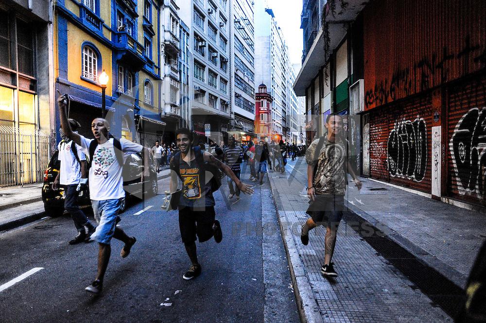 SAO PAULO, SP, 25.01.2014 - PROTESTO / NAO VAI TER COPA - Manifestantes quebram agencias bancarias da Praça da Republica durante protesto contra a realização da Copa do Mundo no Brasil, realizado no centro de São Paulo, neste sábado (25). (Foto: Adriano Lima / Brazil Photo Press).