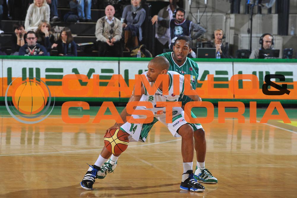DESCRIZIONE : Treviso Lega A 2009-10 Basket Benetton Treviso Air Avellino<br /> GIOCATORE : Gary Neal<br /> SQUADRA : Benetton Treviso<br /> EVENTO : Campionato Lega A 2009-2010<br /> GARA : Benetton Treviso Air Avellino<br /> DATA : 27/02/2010<br /> CATEGORIA : Palleggio<br /> SPORT : Pallacanestro<br /> AUTORE : Agenzia Ciamillo-Castoria/M.Gregolin<br /> Galleria : Lega Basket A 2009-2010 <br /> Fotonotizia : Treviso Campionato Italiano Lega A 2009-2010 Benetton Treviso Air Avellino<br /> Predefinita :