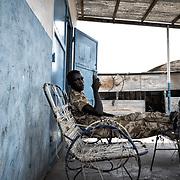 Soldat de l'armée sud-soudanaise (SPLA) à Malakal. Cette ville stratégique a changé de mains plusieurs fois depuis le début de la guerre civile en 2013. Elle est tenue par les forces gouvernementales depuis mai 2015.