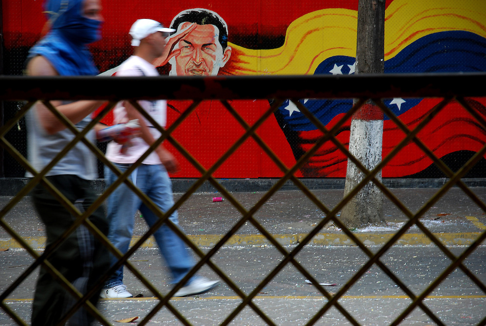 VENEZUELAN POLITICS / POLITICA EN VENEZUELA<br /> Man hooded walking through the streets of Caracas / Hombre encapuchado camina por las calles de caracas<br /> Caracas - Venezuela 2009<br /> (Copyright © Aaron Sosa)