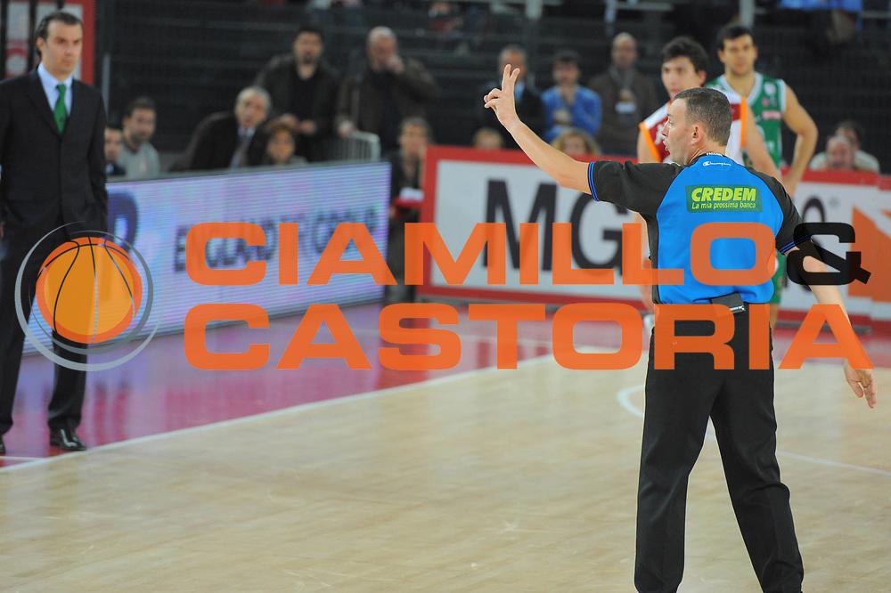 DESCRIZIONE : Roma Lega A 2010-11 Lottomatica Virtus Roma Montepaschi Siena<br /> GIOCATORE : Arbitro<br /> SQUADRA : Lottomatica Virtus Roma Montepaschi Siena<br /> EVENTO : Campionato Lega A 2010-2011 <br /> GARA : Lottomatica Virtus Roma Montepaschi Siena<br /> DATA : 16/01/2011<br /> CATEGORIA : Ritratto<br /> SPORT : Pallacanestro <br /> AUTORE : Agenzia Ciamillo-Castoria/GiulioCiamillo<br /> Galleria : Lega Basket A 2010-2011 <br /> Fotonotizia : Roma Lega A 2010-11 Lottomatica Virtus Roma Montepaschi Siena<br /> Predefinita :