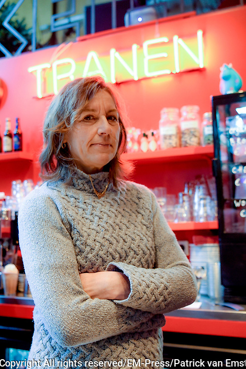 De onhandige Anne (Fockeline Ouwerkerk) heeft een passie voor taal. Stopwoorden, verbasteringen, verkeerde aanhalingstekens, scheldwoorden en aparte babynamen. Ze kan zich er enorm mee vermaken, het verbaast haar &eacute;n ze heeft er een mening over!<br /> <br /> Op de foto:  Regisseur Barbara Bredero