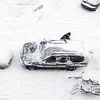 Foto: David Rozing Model released Nederland Rotterdam, 15 januari 2013. 20130115  Sneeuwval in Nederland, Man maakt auto sneeuwvrij voordat hij kan gaan rijden, ruiten krabben.  Het winterse weer  heeft geleid tot de drukste spits ooit. Volgens de ANWB stond er op het hoogtepunt meer dan duizend kilometer file. Het verkeer is totaal ontregeld in de Randstad door de hevige sneeuwval. , vertraging, vervoer, vriezen, wachten, weer, weeralarm, weersvoorspelling, winter, Winterkou, winters, winters weer, winterse, winterse taferelen, winterweer,  wit, witte, woon werk verkeer, daily life. Foto: David Rozing ,zout, zoutvoorraden, veilig de weg op, veilig verkeer nederland,