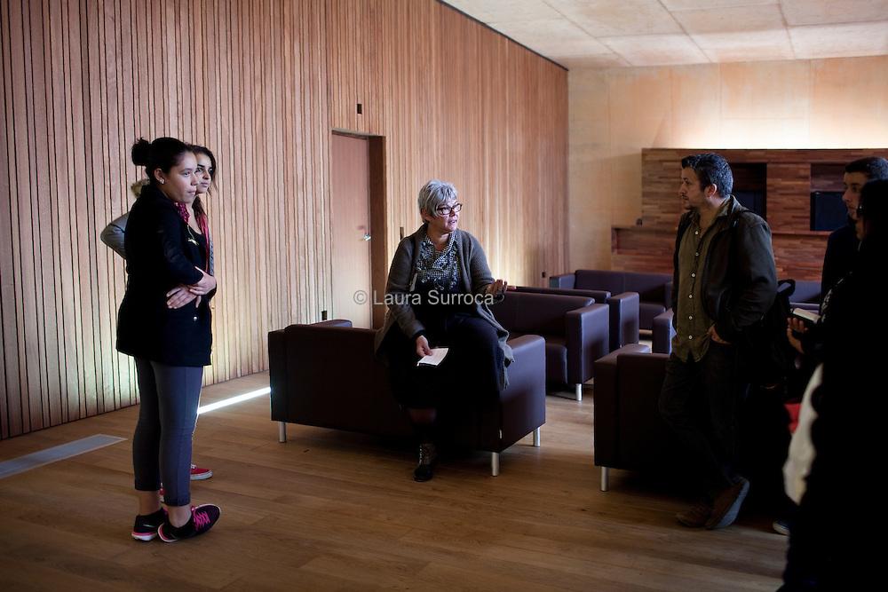 Agnes Sajaloli, Directrice du Memorial, echange avec un groupe lors de la visite guidee du 18 octobre 2015.