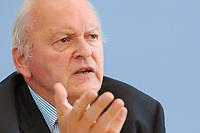 """30 SEP 2003, BERLIN/GERMANY:<br /> Roman Herzog, Bundespraesident a.D. und Vorsitzender der Kommission, Pressekonferenz zum Abschlussbericht der CDU-Kommission """"Soziale Sicherheit"""", Bundespressekonferenz<br /> IMAGE: 20030930-03-034<br /> KEYWORDS: Renten-Kommission, Bundespräsident, BPK"""