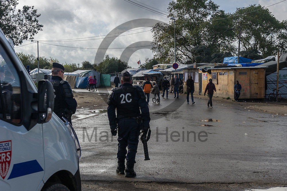 Calais, Frankreich - 17.10.2016<br /> Ein Polizist steht im Dschungel von Calais mit einem Gasgranatenwerfer an einer Stra&szlig;e. Das Fluechtlingscamp an der Kueste zum Aermelkanal soll laut franz&ouml;sischer Regierung in den n&auml;chsten Tagen geraeumt werden. In dem Camp leben um die 1000 Fluechtlinge und warten auf die Moeglichkeit zur Weiterreise durch den Eurotunnel nach Gro&szlig;britannien. Photo: Foto: Markus Heine / heineimaging<br /> <br /> Calais, France - 2016/10/17<br /> A policeman stands in the Calais Jungle with a gas grenade launcher beside a street. The refugee camp on the coast to the English Channel is to be cleared in the next few days, according to the French government. In the camp live around the 1000 refugees and wait for the possibility to travel further through the Eurotunnel to the UK. Photo: Foto: Markus Heine / heineimaging<br /> <br /> ------------------------------<br /> <br /> Ver&ouml;ffentlichung nur mit Fotografennennung, sowie gegen Honorar und Belegexemplar.<br /> <br /> Bankverbindung:<br /> IBAN: DE65660908000004437497<br /> BIC CODE: GENODE61BBB<br /> Badische Beamten Bank Karlsruhe<br /> <br /> USt-IdNr: DE291853306<br /> <br /> Please note:<br /> All rights reserved! Don't publish without copyright!<br /> <br /> Stand: 10.2016<br /> <br /> ------------------------------