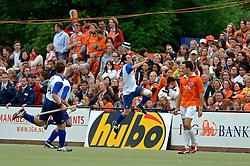 05-06-2005 HOCKEY: FINALE PLAYOFFS: BLOEMENDAAL-ORANJE ZWART: BLOEMENDAAL<br /> De hockeyers van Oranje Zwart zijn voor het eerst in hun bestaan landskampioen geworden. De Eindhovense club klopte Bloemendaal in het beslissende play-off-duel met 3-1 / <br /> Robert van de Horst<br /> ©2005-WWW.FOTOHOOGENDOORN.NL
