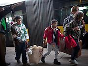 Flüchtlinge kommen mit einem Sonderzug am Bahnhof Schönfeld bei Berlin an.