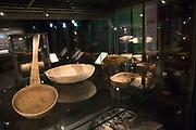 Utstillingen Stemmer fra s&oslash;r &ndash; R&oslash;rossamisk samfunn og ei ny tid, R&oslash;rosmuseet Smelthytta 17. juni 2017 - 3. juni 2018.  <br /> Ny utstilling som belyser de store endringene i det samiske samfunnet tidlig p&aring; 1900-tallet. Unike gjenstander fra Norsk Folkemuseums samiske samling stilles ut for f&oslash;rste gang i r&oslash;rossamisk omr&aring;de!  <br /> G&iuml;elh &aring;arjelraedteste &ndash; R&oslash;ros-saemien siebriedahke j&iuml;h orre aejkie.  Vuasahtalleme doh stoerre jarkelimmieh vuesehte mah lin saemien siebriedahkesne 1900-l&aring;hkoen aalkovisnie.<br /> Sj&iuml;ere daeverh Norsk Folkemuseumen saemien v&aring;arhkoste leah voestes aejkien R&oslash;ros-saemien dajvesne vuesiehtamme.