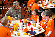 Prins Willem-Alexander en Prinses Maxima zijn op de basisscholen De Triangel en Het Palet om met een fluitsignaal de Koningsspelen te openen. Ruim 1,3 miljoen kinderen van 65.000 scholen doen mee aan deze sportdag, een cadeau van alle schoolkinderen in Nederland aan het aanstaande koningspaar. <br /> <br /> Prince Willem-Alexander and Princess Maxima are on the primary school the Triangle and Palette With a whistle they will open the games. More than 1.3 million children from 65,000 schools participate in these sports day, a gift of all schoolchildren in the Netherlands to the future King and Queen.<br /> <br /> Op de foto / On the photo:  Prinses Maxima neemt deel aan het Koningsontbijt<br /> <br /> Princess Maxima participates in the Kingbreakfast
