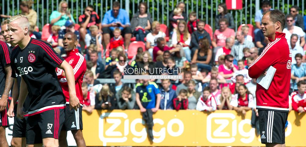 AMSTERDAM - eerste training van ajax met fans frank de boer ,John Heitinga ( , Jasper Cillessen  John Heitinga Mitchell Dijks  voetbal training ajax , Supporters juichen Ajax toe tijdens de openbare training op de Toekomst.  COPYRIGHT ROBIN UTRECHT
