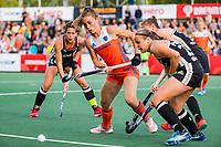 AMSTELVEEN - Laura Nunnink (Ned) in duel met Viktoria Huse (Ger) en links Janne Müller-Wieland (Ger)   tijdens de halve finale  Nederland-Duitsland van de Pro League hockeywedstrijd dames. ANP KOEN SUYK