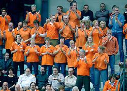 04-01-2006 VOLLEYBAL: CHAMPIONS LEAGUE ROESELARE - NESSELANDE: ROESELARE<br /> De ploeg van coach Peter Blangé bracht de cruciale uitwedstrijd tegen Knack Roeselare, al geplaatst, tot een goed einde: 3-2 / Support Nesselande<br /> ©2006-WWW.FOTOHOOGENDOORN.NL