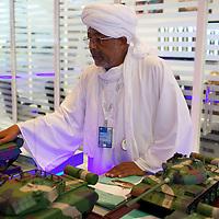 Waffenmesse IDEX in Abu Dhabi. ABU DHABI, EMIRAT ABU DHABI, VEREINIGTE ARABISCHE EMIRATE. Die Idex ist eine der weltweit groeßten Waffenmessen. Diese sudanische Firma veredelt russische Panzer. 20.02.2013, RAW vorhanden - Martin von den Driesch / VISUM
