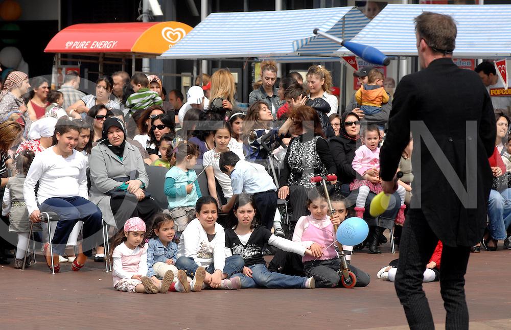 ALMELO.23 april Internationaal Kinderfeest op het Marktplein in Almelo. De Turkse benaming hiervoor is 23 Nisan Ulusal ve Egemenlik Cocuk Bayrami..Optredens van dansgroepen en straatartiesten...Editie: AM..fotografie frank uijlenbroek©2008 michiel van de velde TT20080427