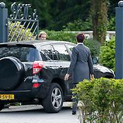NLD/Bilthoven/20120618 - Uitvaart Will Hoebee, Jose Hoebee's auto word naar achteren gebracht om via die weg te vertrekken