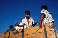 La zona de Paraguaipoa o la Guajira venezolana, es principalmente comercial. Punto de acceso para las personas que viven alejados de los servicios principales.  Paraguaipoa, 09-01-2001 (Ramón Lepage / Orinoquiaphoto)    Los Filudos, a Guajiro indigenous market near the Venezuelan - Colombian border on the Guajira . Paraguaipoa (Ramón Lepage / Orinoquiaphoto)