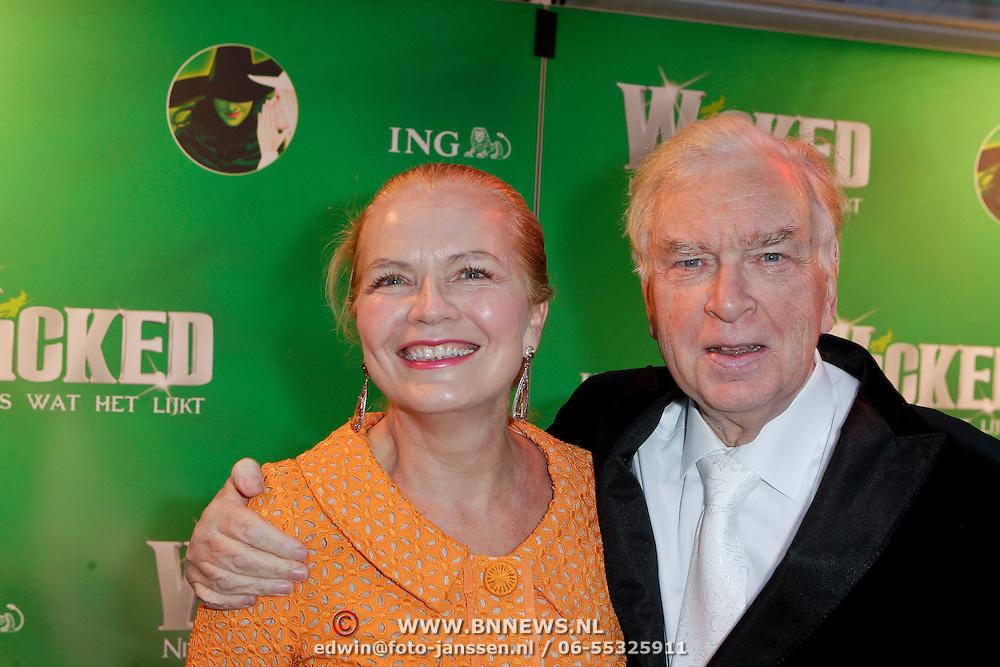 NLD/Scheveningen/20111106 - Premiere musical Wicked, hans van Meyden en partner Monica Strottman