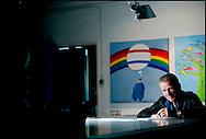 PRINSENBEEK - Len Munnik (1945) is een Nederlands cartoonist. Zijn prenten hebben vooral politieke thema's als onderwerp. Munnik studeerde aan de grafische school. Daarna kreeg hij een baan als vormgever in een drukkerij, en ging vervolgens als freelance-tekenaar aan de slag. Naast zijn werk voor Trouw, aanvankelijk vooral voor columnist Bert Klei, en voor Opzij, tekende Munnik voor verschillende politieke en maatschappelijke organisaties zoals Stichting Wakker Dier, de Dierenbescherming, de Socialistische Partij en de Partij voor de Dieren, Keer Het Tij, de vakbonden CNV en FNV en de Triodos Bank. In 1989 won Munnik de Ton Smits Penning en in 1996 de Inktspotprijs. ROBIN UTRECHT