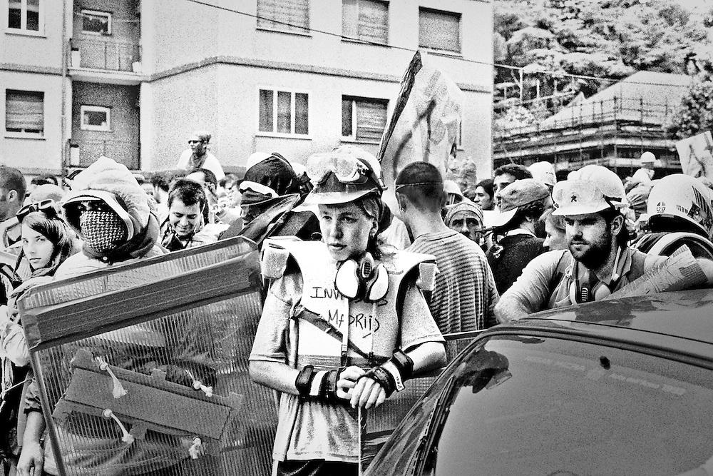 Genova, venerdì 20 luglio 2001. Giornata delle piazze tematiche. Corteo della disobbedienza civile. Manifestante spagnola.