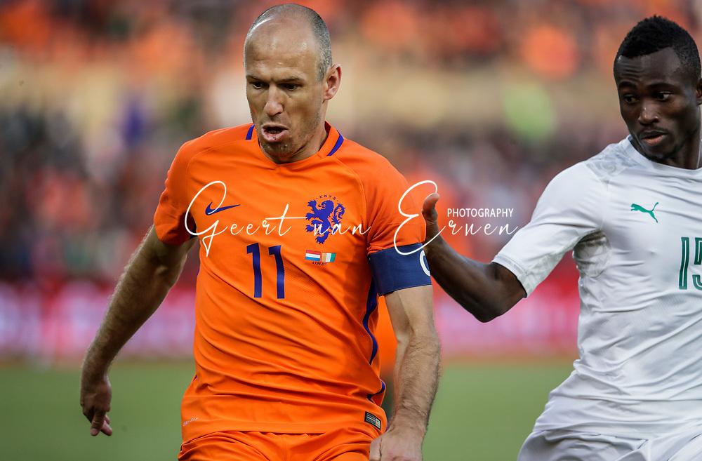 04-06-2017 VOETBAL:NEDERLAND-IVOORKUST:ROTTERDAM<br /> Oranje oefende tegen Ivoorkust vanavond in De Kuip<br /> <br /> Arjen Robben van Oranje (Bayern Munchen) in duel met Ghislain Konan van Ivoorkust <br /> <br /> Foto: Geert van Erven