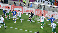 FUSSBALL  EUROPAMEISTERSCHAFT 2012   VORRUNDE Italien - Irland                       18.06.2012 Antonio Cassano (ganz links, Italien) erzielt das Tor zum 1:0. Torwart Shay Given (re, Irland) kommt nicht an den Ball