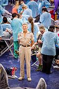 Stan Brock blant en gjeng av tannleger og tannpleiere i full gang med å ta seg av pasienter. Stan Brock and the Remote Area Medical treat around 1000 patients during a 2 day session in Athens