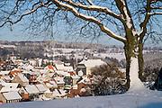 Blick auf Sankt Andreasberg vom Glockenberg, Schnee, Winter, Harz, Niedersachsen, Deutschland | view on St. Andreasberg, snow, winter, Harz, Lower Saxony, Germany