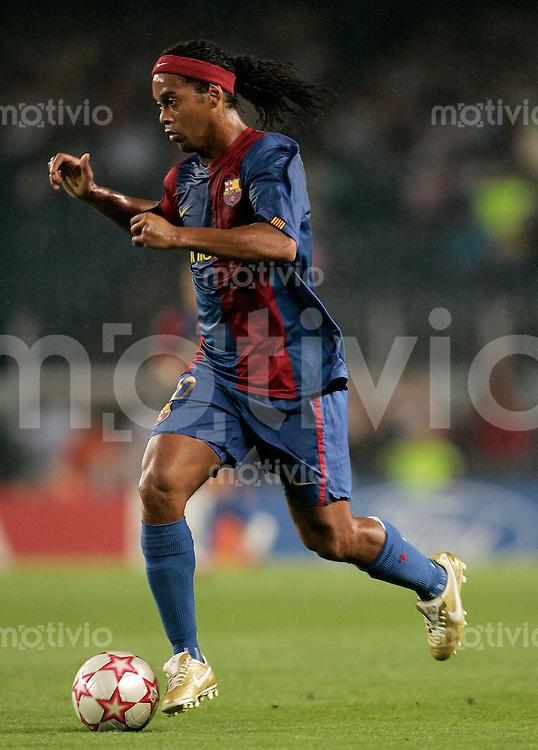 FUSSBALL Champions League 2006/2007  Gruppe A FC Barcelona 5-0 Levski Sofia Ronaldinho ( Barca ) am Ball
