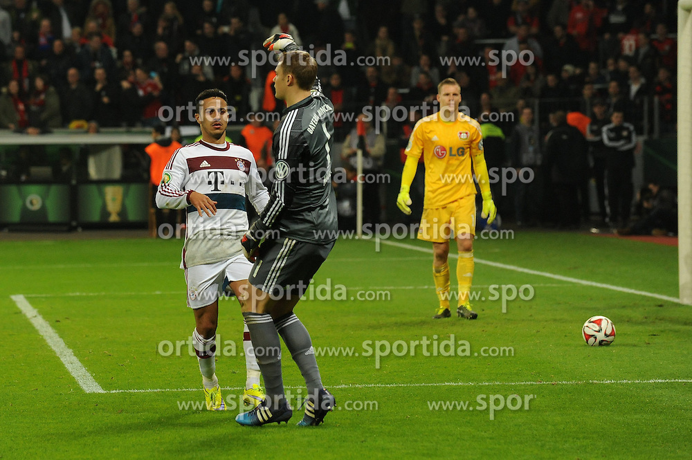 08.04.2015, BayArena, Leverkusen, GER, DFB Pokal, Bayer 04 Leverkusen vs FC Bayern Muenchen, Viertelfinale, im Bild V.rn.l. Torhueter Bernd Leno ( Bayer 04 Leverkusen ) ist enttaeuscht, Torhueter Manuel Neuer deutet auf den Siegtorschuetzen Thiago Alcantara ( beide FC Bayern Muenchen ) // during the German DFB Pokal quarter final match between Bayer 04 Leverkusen and FC Bayern Munich at the BayArena in Leverkusen, Germany on 2015/04/08. EXPA Pictures &copy; 2015, PhotoCredit: EXPA/ Eibner-Pressefoto/ Thienel<br /> <br /> *****ATTENTION - OUT of GER*****