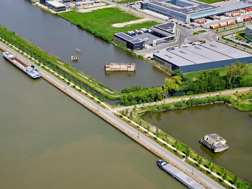 Nederland, Utrecht, Nieuwegein; 14–05-2020; Lekkanaal en Schalkwijkse Wetering. Het Lekkanaal is verbreed, monumentale objecten van de Nieuw Hollandse Waterlinie (NHW)zijn (deels) verplaatst en zichtbaar gemaakt.<br /> Lek channel and Schalkwijkse Wetering. The Lek Canal has been widened, monumental objects of the New Holland Water Line (NHW) have been (partly) moved and made visible.<br /> <br /> luchtfoto (toeslag op standaard tarieven);<br /> aerial photo (additional fee required)<br /> copyright © 2020 foto/photo Siebe Swart