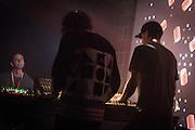 NOCTURNE 5 :: DEEP EASE <br /> Musée d'art contemporain - Salle principale<br /> dimanche 31 mai<br /> Une dernière nuit de sons exubérants alors que le dub est métissé au jazz, à la house et à la techno par des artistes à la musicalité et à l'habileté technique redoutable, mixant les échantillons et jouant avec les ambiances pour créer un continuum qui enflamme le corps, l'âme et, si vous le possédez encore en cette dernière nuit du festival, l'esprit.<br /> <br /> 01H30 - COBBLESTONE JAZZ