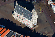 Nederland, Zuid-Holland, Gouda, 20-03-2009. Middeleeuwse centrum van Gouda, met op de Markt het Stadhuis. .Gouda is bekend van de goudse kaas, kaarsen, pijpen en stroopwafels. .Medieval center of the village of Gouda, on the central market place the City Hall..Gouda is known of the gouda cheese, candles, pipes, and syrup waffles..Swart collectie, luchtfoto (toeslag); Swart Collection, aerial photo (additional fee required).foto Siebe Swart / photo Siebe Swart