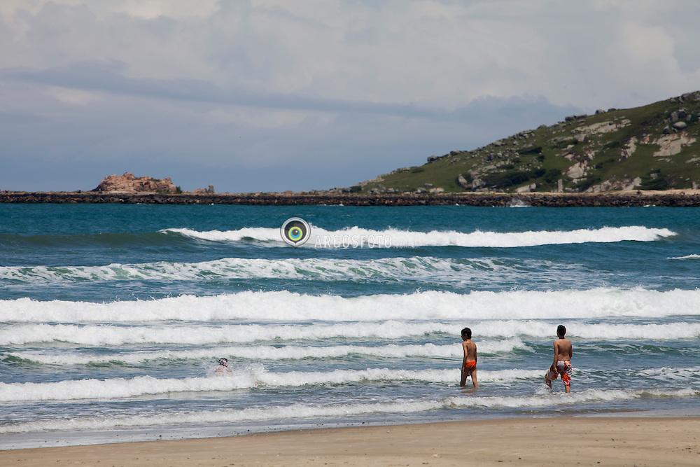 Praia do Mar Grosso com canal ao fundo./ Mar Grosso's beach. Laguna, SC