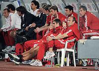 Fussball 1. Bundesliga  Saison   2010/2011   08.01.2011 FC Bayern Muenchen -  Al Wakrah Sport Club Philipp Lahm (Mitte) und Arjen Robben  (re) beobachten das Testspiel