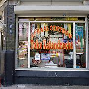 Nederland Rotterdam 7 juni 2007 20070607 .Allochtone inwoonster probleemwijk Katendrecht zit buiten op krat voor levensmiddelen winkel  .Rotterdam staat bovenaan op de lijst met probleemwijken van minister Ella Vogelaar van Wonen, Wijken en Integratie. In totaal staan zeven Rotterdamse stadsdelen op de lijst. ..Het gaat onder andere om Oud West, Oud Noord, Bergpolder, Overschie, Oud Zuid, Vreewijk en Zuidelijke Tuinsteden. De regering steekt extra geld in deze buurten om de problemen daar op te lossen. Over acht tot tien jaar moet het er weer prettig zijn om te wonen. ..Ook tegenwoordig staat Katendrecht nog bekend als probleemwijk. In de komende jaren zal de wijk echter ingrijpend gerenoveerd worden. Oude huurwoningen zullen worden vernieuwd en tot koopwoningen worden omgevormd.  Het schiereiland heeft nu al een groene kade met o.a. een wandelpromenade, een aanlegplaats voor de watertaxi en enkele openbare kunstwerken waaronder een beeld van Ketelbinkie. De bijnaam van de wijk is De Kaap onder de oudere inwoners spreekt men nog wel eens van Kaap Kut. In de zomer van 2007 zal passagiersschip De Rotterdam er aanleggen hetgeen de wijk een grote toeristische trekpleister moet maken. Er zijn plannen om een brug van Katendrecht naar Hotel New York te bouwen en er zijn zelfs plannen een kabelbaan van de Euromast naar Katendrecht te construeren...De wijken die onder de Rotterdamse stadsdelen vallen: Spangen, Oude Westen, Tussendijken, Bospolder, Middelland, Delfshaven, Nieuwe Westen Noord, Oude Noorden Zuid, Oude-Noorden, Rubroek, Crooswijk, Provenierswijk, Bergpolder, Kleinpolder, Bloemhof, Hillesluis, Tarwewijk, Katendrecht, Afrikaanderwijk, Oud-Charlois, Carnisse, Zuidplein, Vreewijk, Pendrecht en Zuidwijk. ..Foto David Rozing