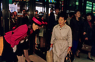 Opening ceremony in the morning of an important department store of Seoul. The Korean are very fond of ceremonies. ///Ceremonie d'ouverture d'un grand magasin de Seoul Les Coreens aiment beaucoup les ceremonies Chaque matin l'ouverture du magasin est l'occasion d'une veritable mise en scene Briefing sur les objectifs de la journee      L2708  /  R00030  /  P0003312