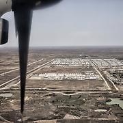 Vue aérienne du camp de protection des civils de la Mission des Nations Unies au Soudan du Sud, la Minuss, de Malakal, en arrière-plan, regroupant les déplacés des violences de ces quatre dernières années dans la région. Au premier plan, la base des ONG internationales et sur la droite, la base militaire des casques bleus.