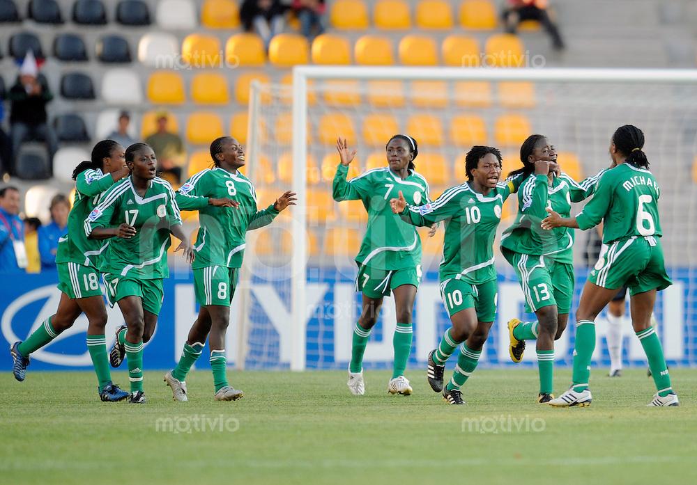 Fussball Frauen FIFA U 20  Weltmeisterschaft 2008    22.11.2008 Nigeria - England Ebere ORJI (Nummer 8, Mitte li, NGA) jubelt nach dem Tor zum 1-1 im Kreise der Mannschaft.