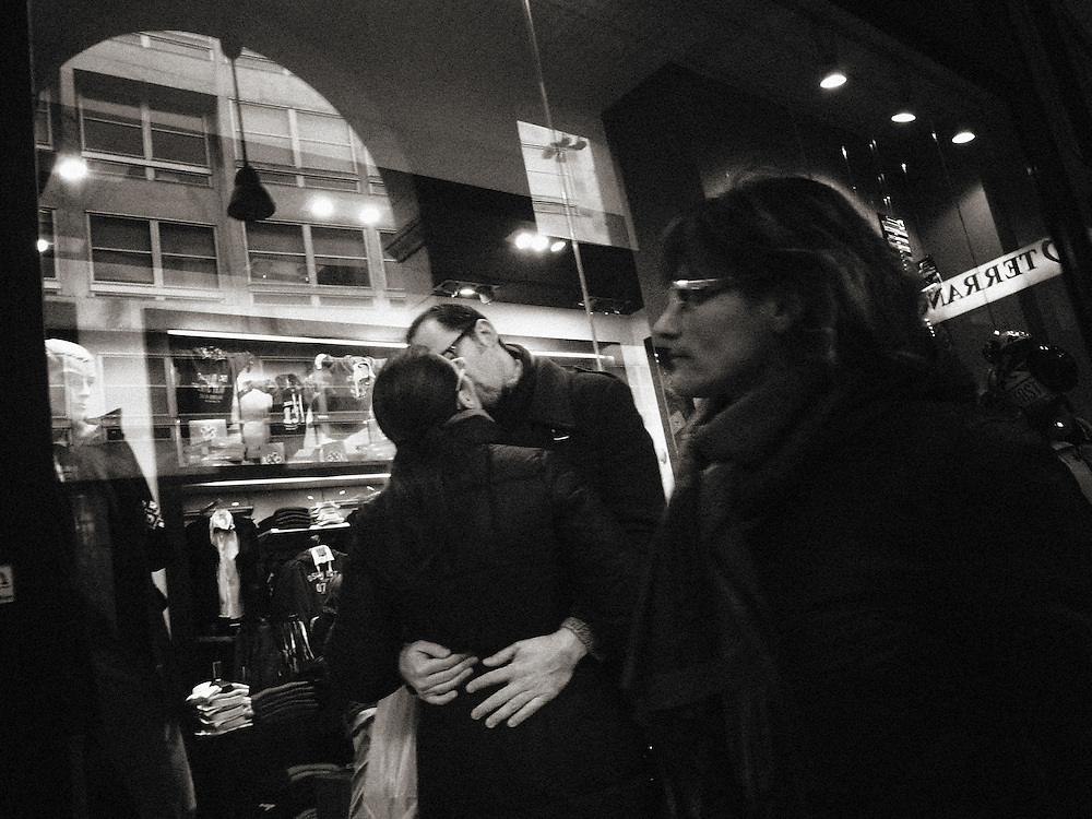 Street Photograhy, Italy, Milan, Milano, man and woman kissing in the city, love