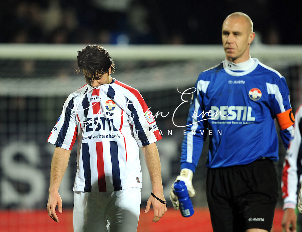 28-02-2009 Voetbal:Willem II:Heracles Almelo:Tilburg<br /> Ook George Mourad, hier naast Aerts, kon het net niet vinden en is zwaar teleurgesteld<br /> Foto: Geert van Erven