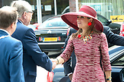 Koningin Maxima bij start Kansen Krijgen Kansen Pakken op het MBO Utrech.  Kansen Krijgen Kansen Pakken bestaat uit een documentaire drieluik (NTR),<br /> educatieve clips en landelijke activiteiten.<br /> <br /> Queen Maxima at start Opportunities Opportunities Suits Get the MBO Utrech. Opportunities Get opportunities Packs consist of a documentary trilogy (NTR)<br /> educational clips and rural activities.<br /> <br /> Op de foto/ On the photo: Aankomst / Arrival