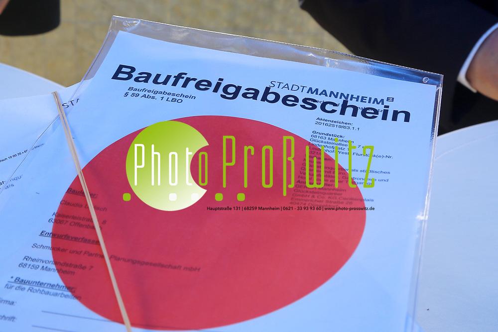 Mannheim. 02.06.17 | Baugenehmigung f&uuml;r das B&uuml;ro- und Hotelgeb&auml;ude &bdquo;No.1&ldquo;<br /> Am S&uuml;deingang zum Hauptbahnhof am k&uuml;nftigen Lindenhofplatz wird auf dem rund 4.500 Quadratmeter gro&szlig;en Grundst&uuml;ck ein B&uuml;ro- und Hotelgeb&auml;ude errichtet. Unter dem Projektnamen &bdquo;No.1&ldquo; sind ein 15-geschossiger Turm und ein 6-geschossiger Sockelbau mit insgesamt rund 22.000 Quadratmetern Bruttogrundfl&auml;che geplant. In dem Geb&auml;ude sind 13.000 Quadratmeter B&uuml;rofl&auml;che im h&ouml;chsten Qualit&auml;tssegment vorgesehen. Damit wird Raum f&uuml;r deutlich mehr als 400 Arbeitspl&auml;tze geschaffen. Au&szlig;erdem werden ein Holiday Inn Hotel mit 150 Zimmer und modernsten Standards im Designkonzept sowie rund 1.000 Quadratmeter f&uuml;r Gastronomie und Ladengesch&auml;ften entstehen.<br />  Mit Baub&uuml;rgermeister Lothar Quast und Wirtschaftsb&uuml;rgermeister Michael Gr&ouml;tsch.<br /> <br /> <br /> <br /> BILD- ID 0872 |<br /> Bild: Markus Prosswitz 02JUN17 / masterpress (Bild ist honorarpflichtig - No Model Release!)