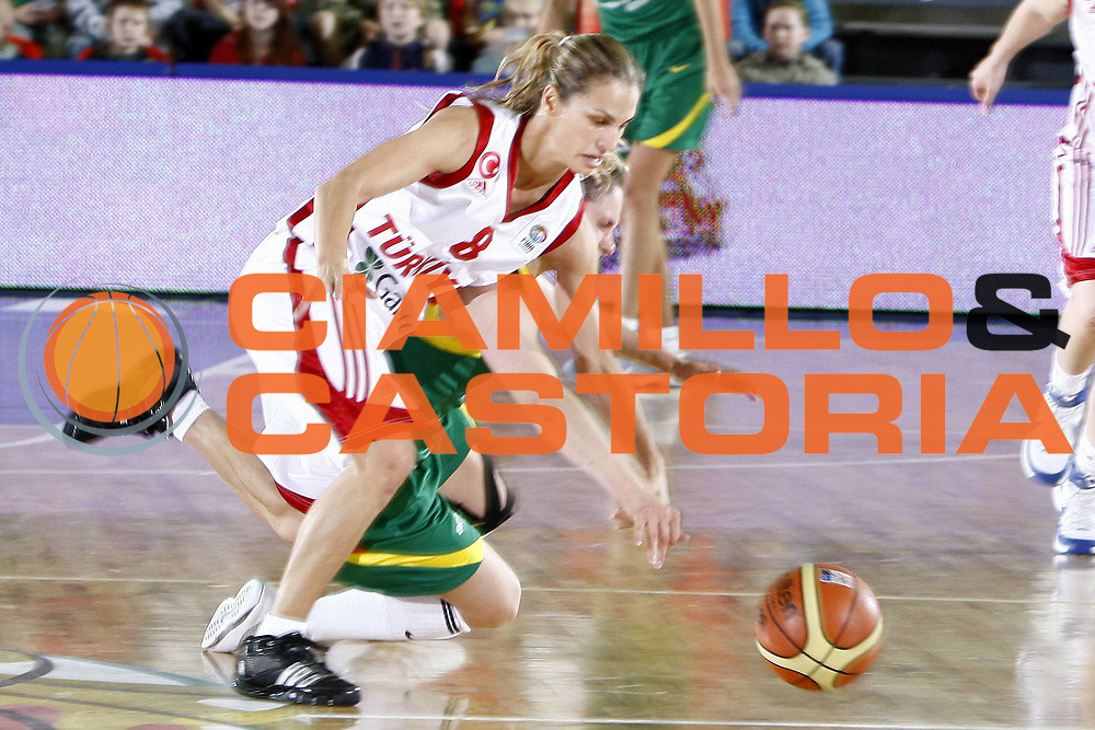 DESCRIZIONE : Valmiera Latvia Lettonia Eurobasket Women 2009 Lituania Turchia Lithuania Turkey<br /> GIOCATORE : Tugba Palazoglu<br /> SQUADRA : Turchia Turkey <br /> EVENTO : Eurobasket Women 2009 Campionati Europei Donne 2009 <br /> GARA : Lituania Turchia Lithuania Turkey<br /> DATA : 08/06/2009 <br /> CATEGORIA : palleggio<br /> SPORT : Pallacanestro <br /> AUTORE : Agenzia Ciamillo-Castoria/E.Castoria<br /> Galleria : Eurobasket Women 2009 <br /> Fotonotizia : Valmiera Latvia Lettonia Eurobasket Women 2009 Lituania Turchia Lithuania Turkey<br /> Predefinita :