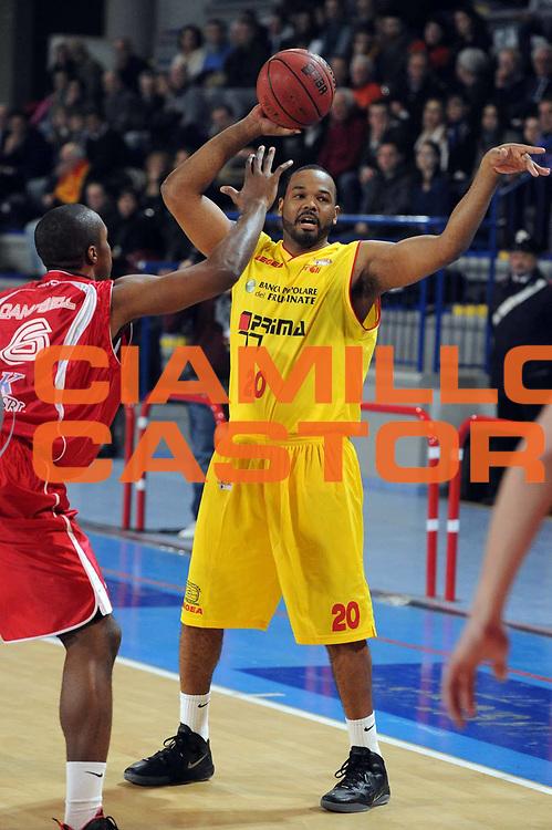 DESCRIZIONE : Frosinone Lega Basket A2 2011-12  Prima Veroli ASS. Pall. S.Antimo<br /> GIOCATORE : Elder Barry Jaqwan <br /> CATEGORIA : tiro<br /> SQUADRA : Prima Veroli<br /> EVENTO : Campionato Lega A2 2011-2012 <br /> GARA : Prima Veroli ASS. Pall. S.Antimo <br /> DATA : 13/01/2012<br /> SPORT : Pallacanestro  <br /> AUTORE : Agenzia Ciamillo-Castoria/ GiulioCiamillo<br /> Galleria : Lega Basket A2 2011-2012  <br /> Fotonotizia : Frosinone Lega Basket A2 2011-12 Prima Veroli ASS. Pall. S.Antimo<br /> Predefinita :