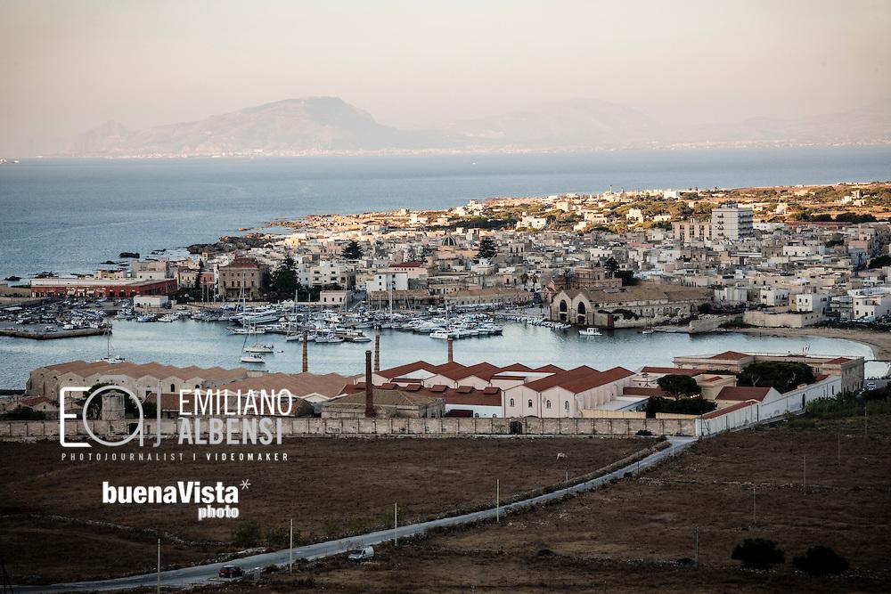 Favignana, Sicilia, Italia, 2016<br /> Un panorama dell'isola con in primo piano l'ex stabilimento Florio.<br /> <br /> Favignana, Sicily, Italy, 2016<br /> A panoramic view of Favignana with on foreground the former Florio factory.