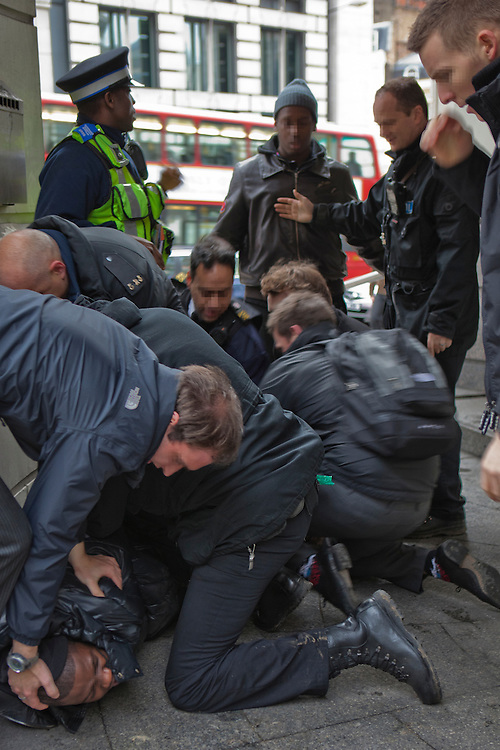 ****EXCLUSIVE USE ONLY***** All usage must be agreed with Andrew Aitchison (07967 353 220)..ARREST. A young black male is arrested on Ludgate Hill. It took 10 officers from various forces to overcome this man and arrest him securely. Community Support Officers, city of London Police and the Metropolitan Police.