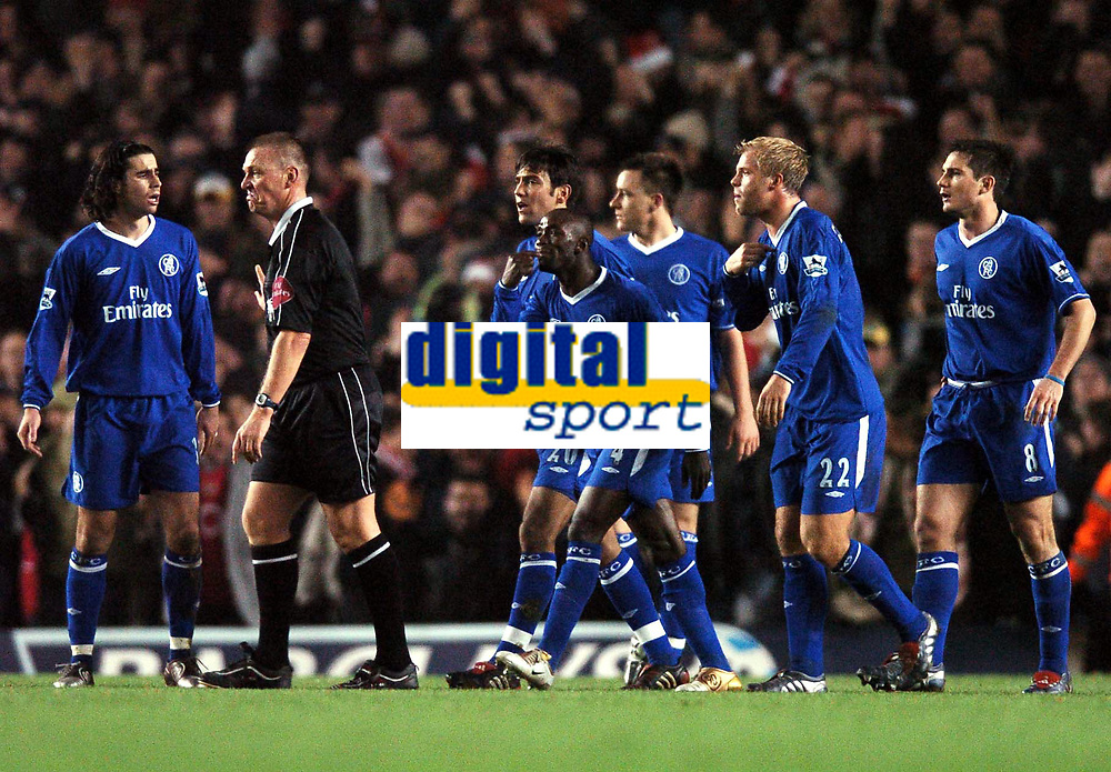 Fotball<br /> Premier League 2004/05<br /> Arsenal v Chelsea<br /> Highbury<br /> 12. desember 2004<br /> Foto: Digitalsport<br /> NORWAY ONLY<br /> Referee Graham Poll shrugs off Chelsea complaints after Thierry Henry's free kick second goal was allowed to stand